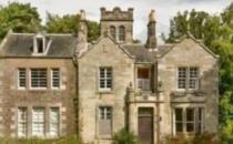 苏格兰有一套六居室的乡间别墅正在市场上出售为200000英镑
